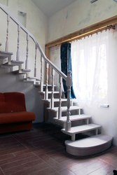 Изготовление деревянных лестниц на заказ