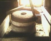 старинные жернова для помола муки